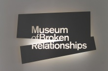 museum of broken relationships reclama luminoasa