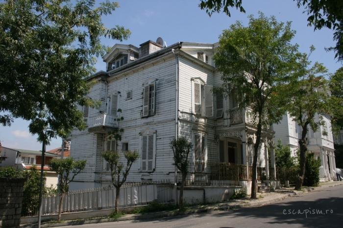 buyukada-istanbul-casa-lemn-arhitectura-traditionala-strada